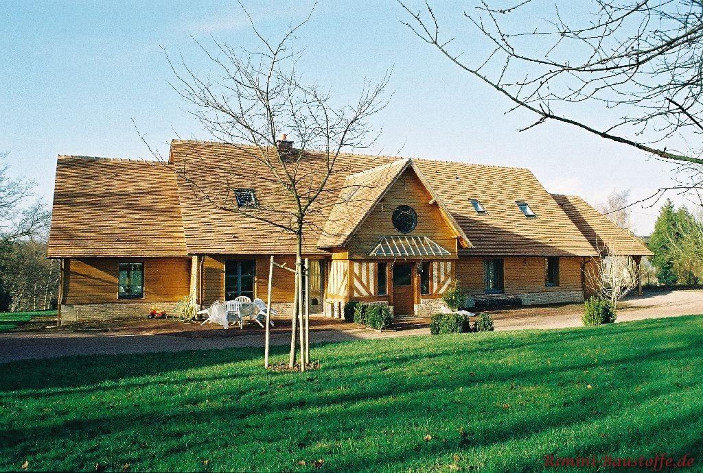 Herbstbild aus Frankreich, wo man ein Haus mit beigen Ziegel sehen kann