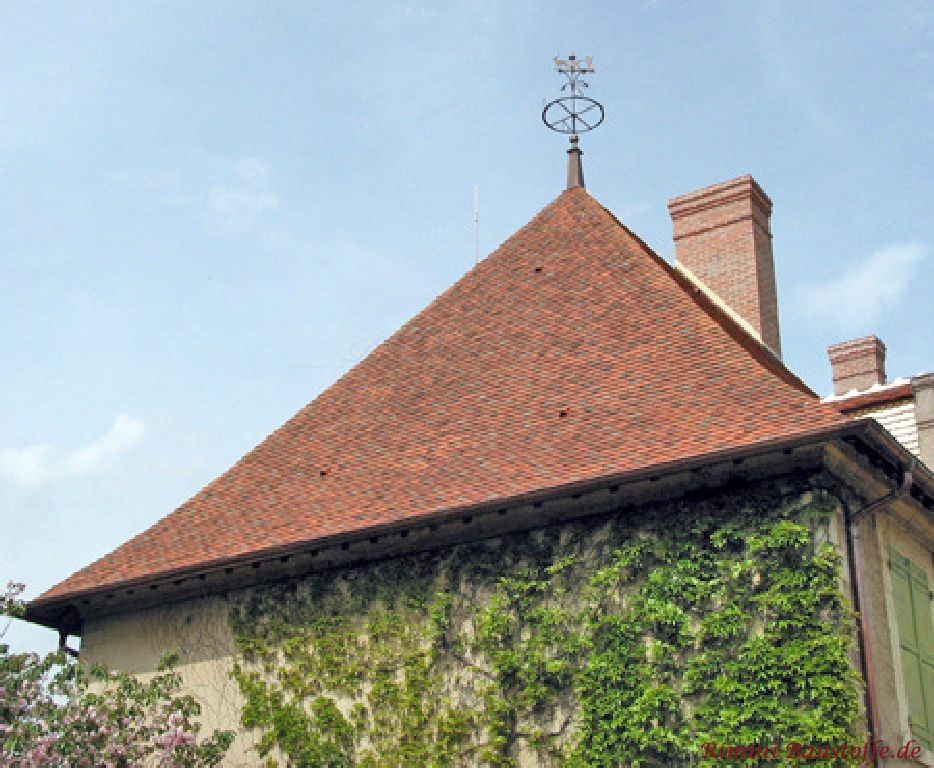 Imposantes Spitzdach in bourgogne mit Efeufassade
