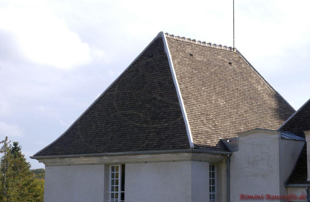 Historisch saniertes Gebäude mit schrägem Walmdach und Sproßenfenstern