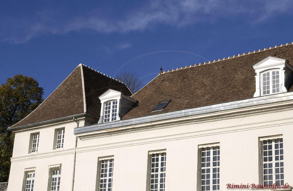 Saniertes Schloss in Frankreich. Das Dach ist aus Tonschindeln gefertigt.