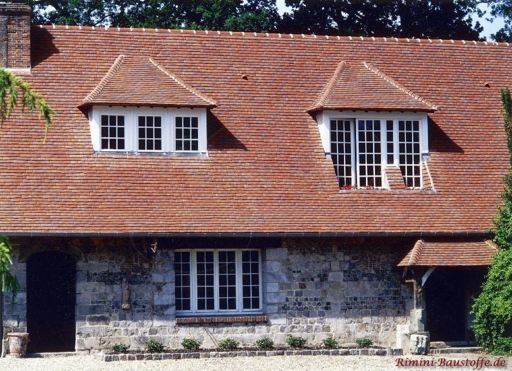 Schönes Bauernhaus im rustikalem Stil. Zwei großzügige Trapezgauben wurden im Schindeldach eingefügt