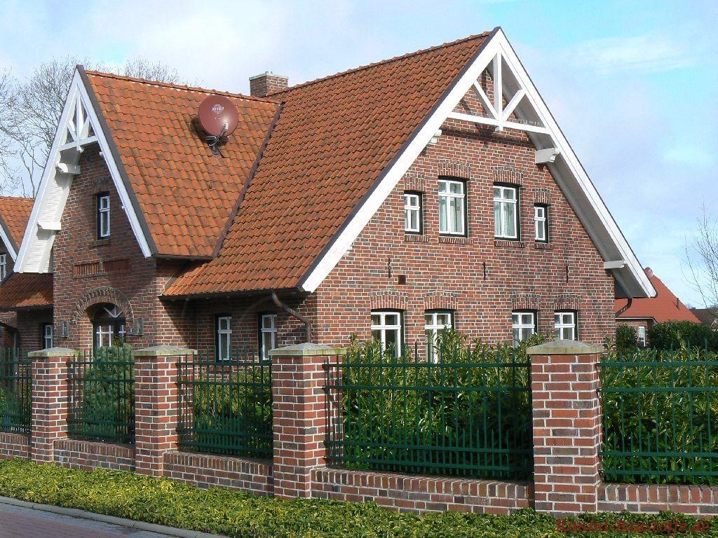 norddeutsches Gebäude mit Klinkerfassde, weissen Fenstern und rotem Dach
