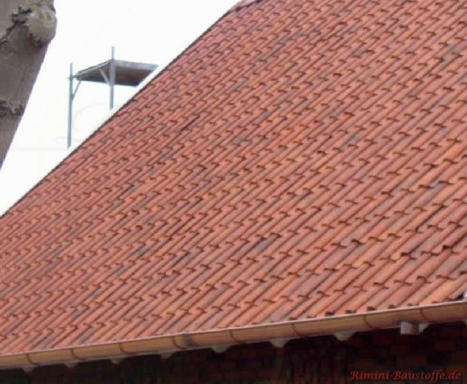 Nahaufnahme einer großen mit roten Hohlziegeln gedeckten Dachfläche