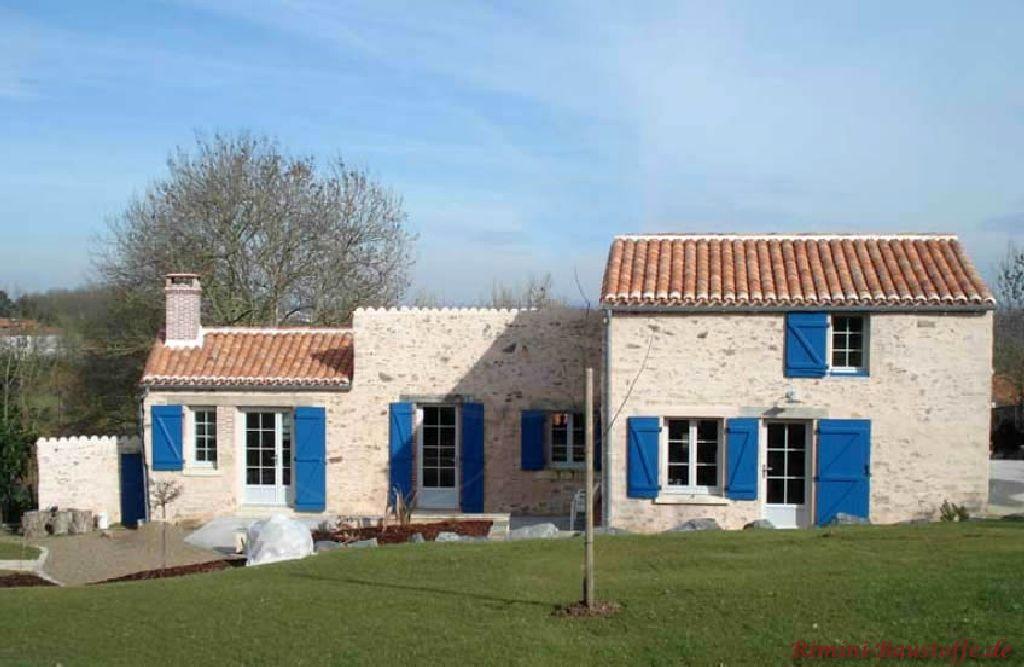 schönes kleines südländisches Haus mit Natursteinfassade und kräftigen blauen Fensterläden