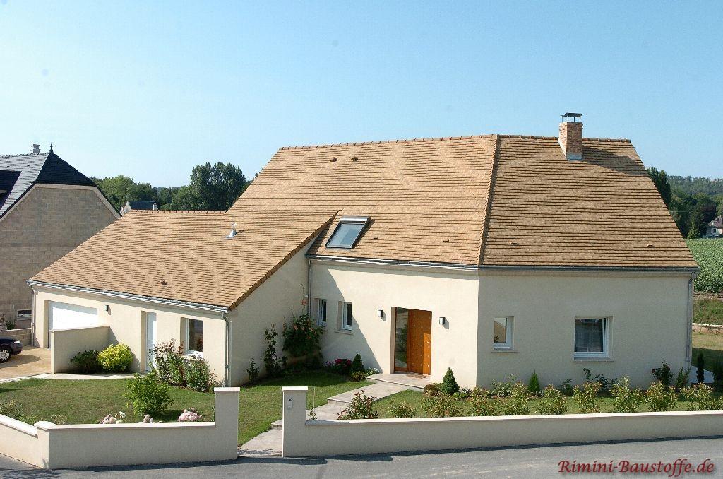 schönes Wohnhaus mit heller Putzfassade und sehr schönem milden Dach in Sandfarben