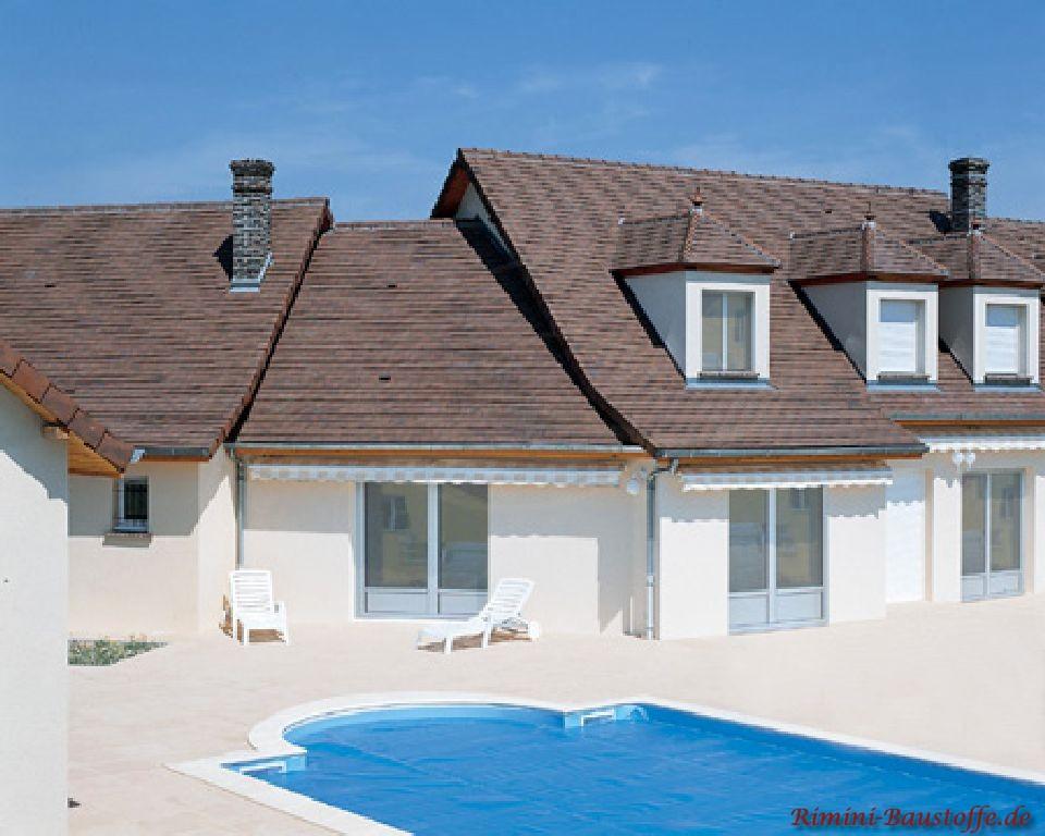 schöne große Villa mit heller Putzfassade und weißen Fenster und einer sehr schönen passenden Dachfarbe mit einem kräftigen