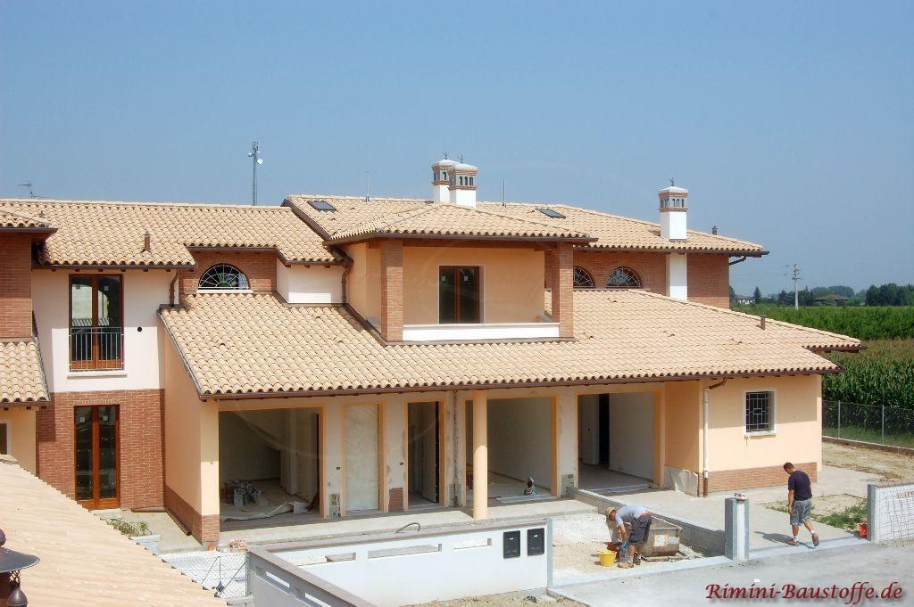 schönes mediterranes Wohnhaus mit großem Dachüberstand über der Terrasse