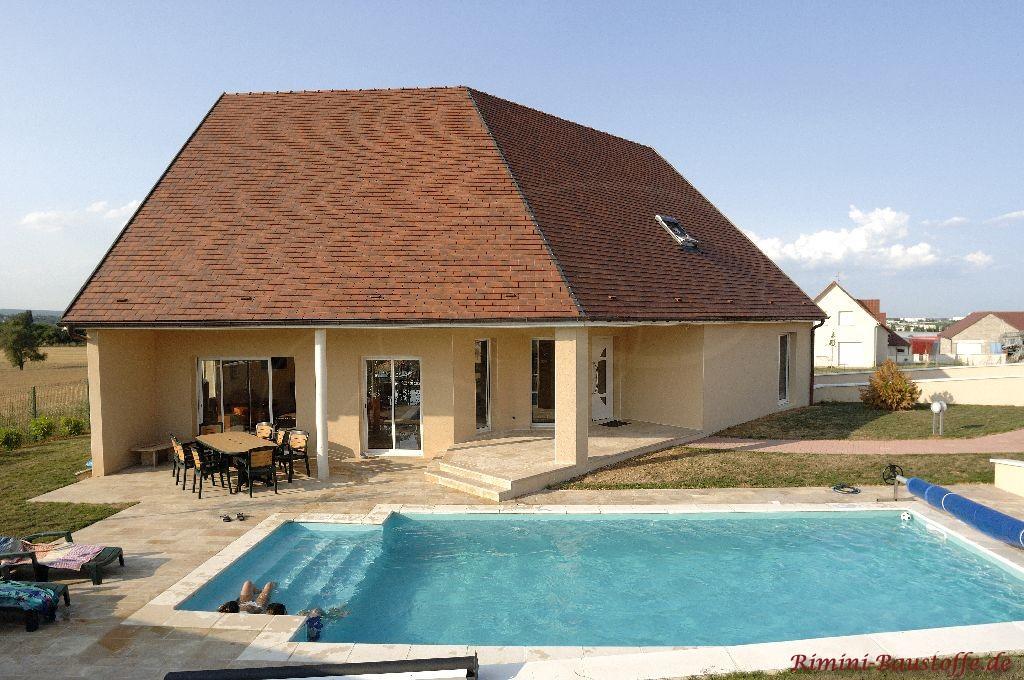 sehr schönes wohnhaus mit einer sehr großen schönen Dachfläche gedeckt mit einem südländischen Ziegel