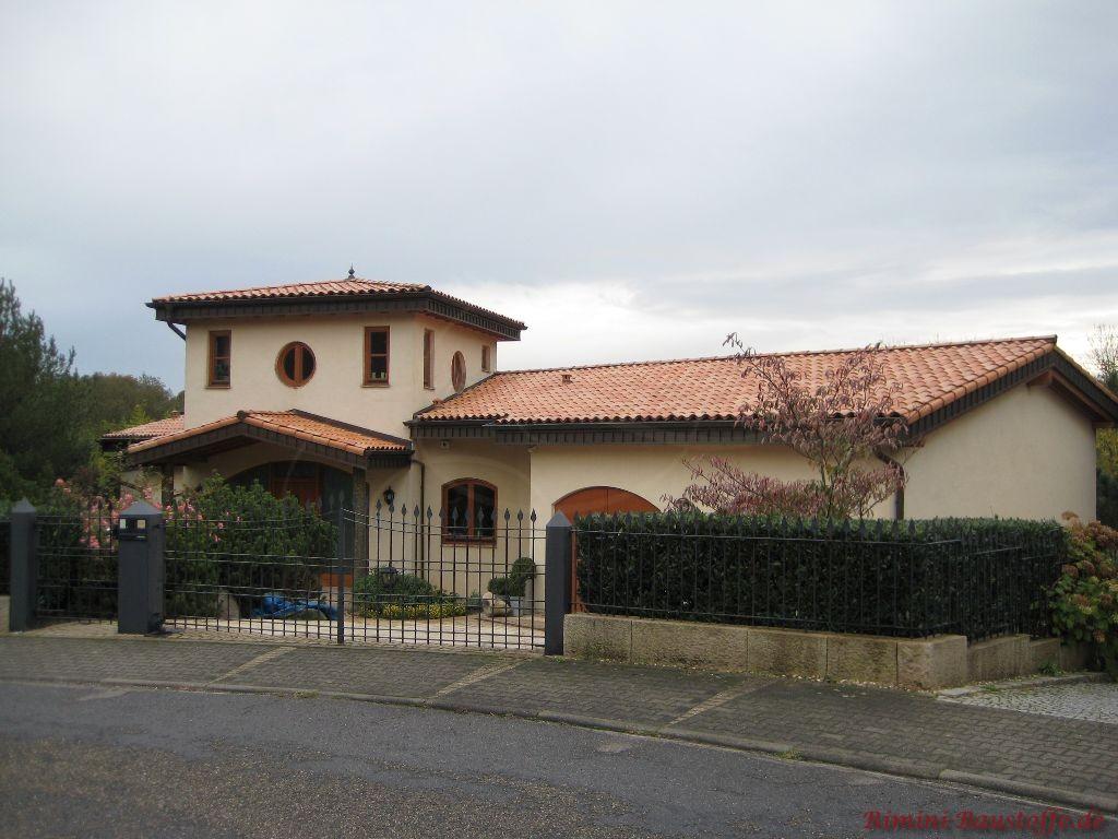 schöne mediterrane Villa mit einem erhöhten Turm mit Zeltdach