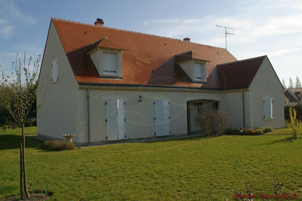 älteres Haus mit Satteldach und kleinen Gauben