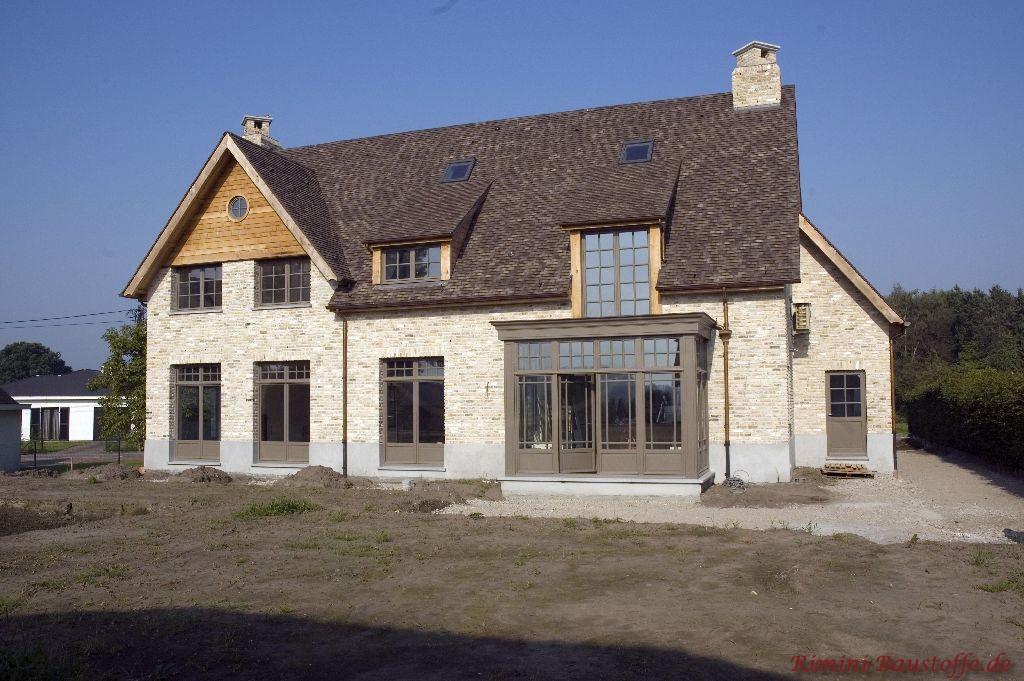 großes Wohnhaus mit grauen Fenstern und passender Dachfarbe