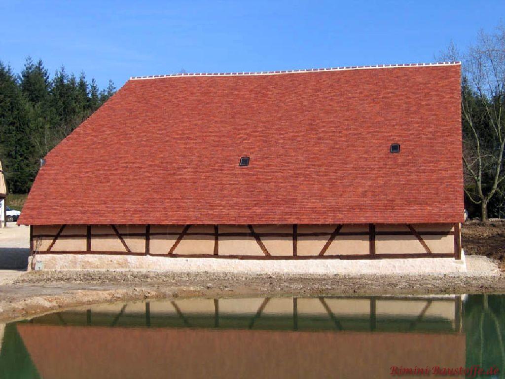 sehr schöne fast bodentiefe Dachfläche mit einer Fachwerkfassade