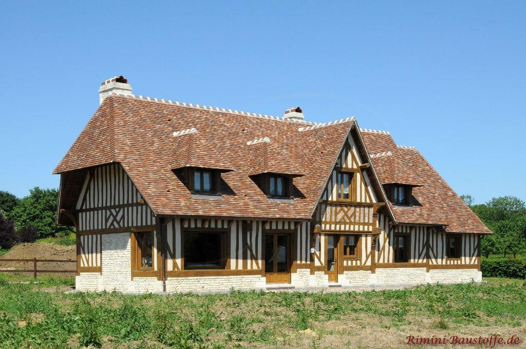 großes Fachwerkhaus mit schönen Holzfenstern und einer sehr schönen abgestimmten Dachfarbe