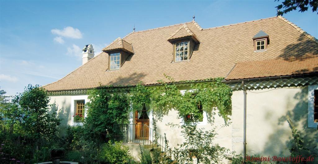 helle Putzfassade zu einem schönen strahlenden Dach mit zwei kleinen Gauben