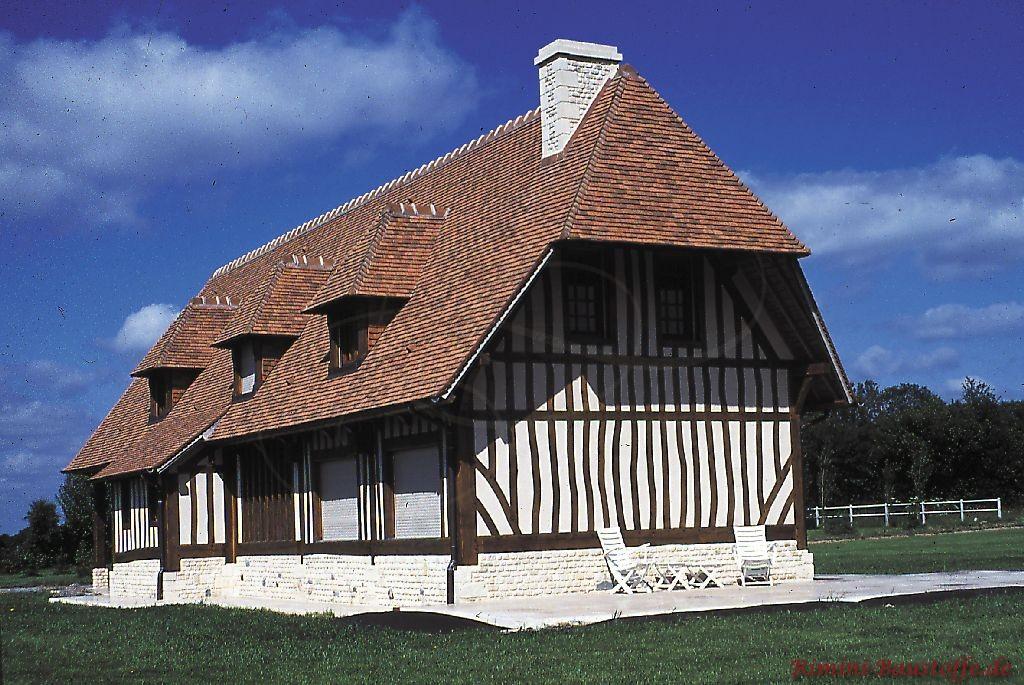 altes ostfriesisches Gebüde neu eingedeckt mit mediterranen Dachziegeln passend zum Stil des Hauses