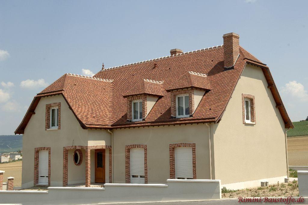schönes großes Einfamilienhaus mit heller Putzfassade, abgesetzten dunkleren Faschen passend zur Dachfarbe