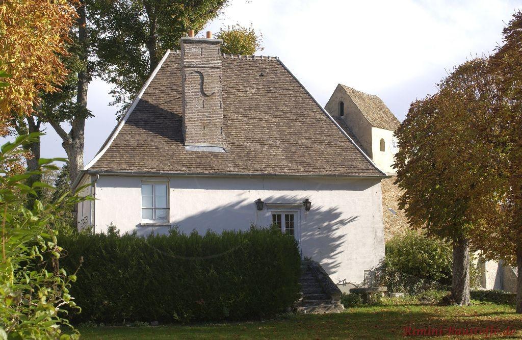 kleines saniertes Wohnhaus mit schönen antik wirkenden Dachziegeln aus dem Süden