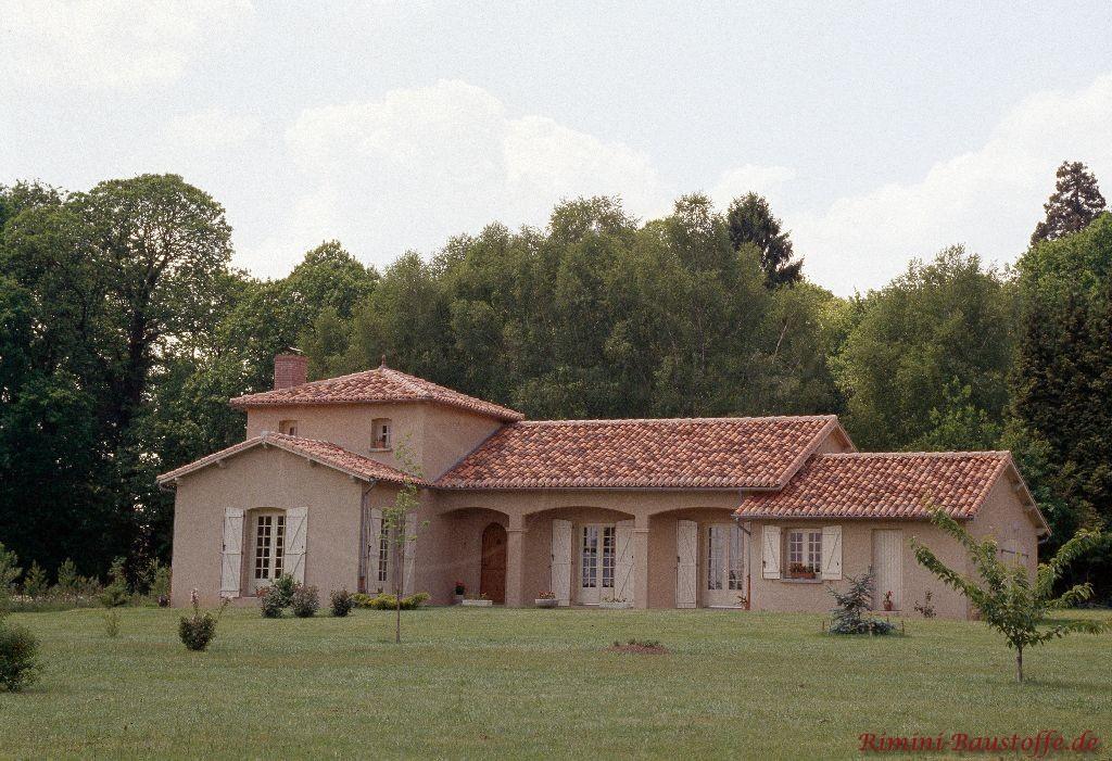 Einfamilienhaus mit mehreren Satteldächern mit schönen roten südländischen Ziegeln eingedeckt