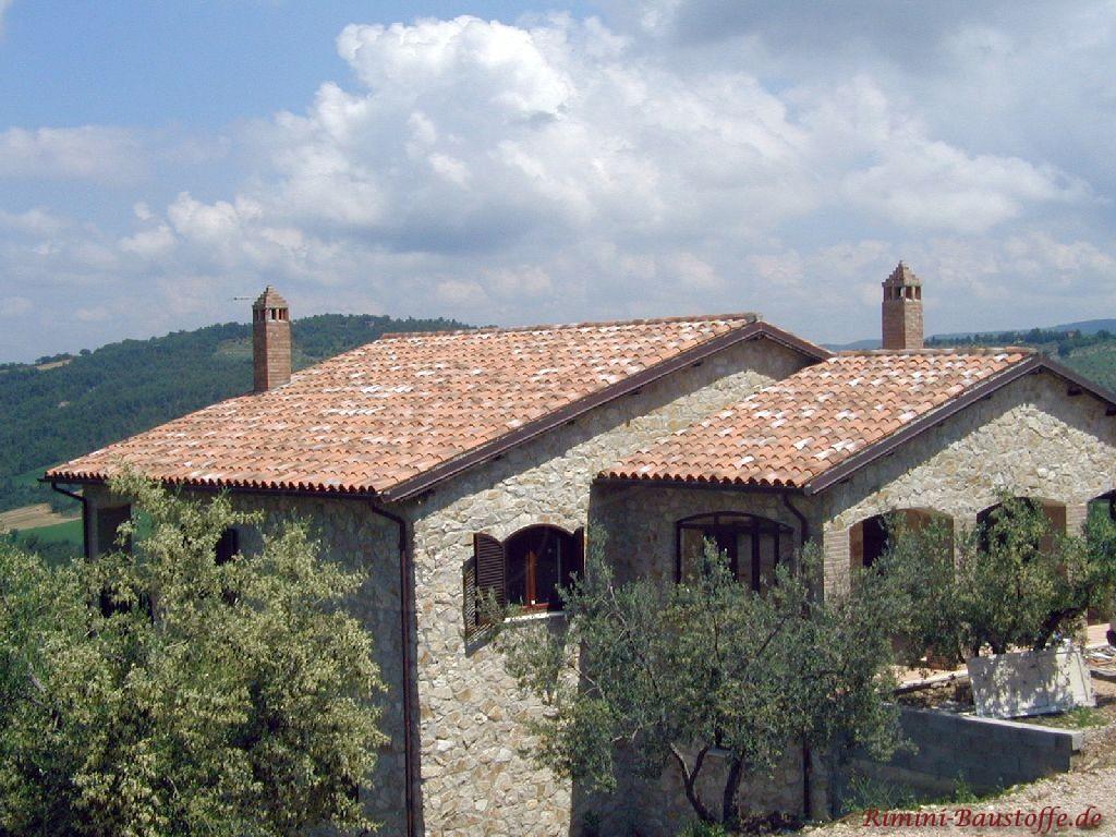 Wohnhaus im Süden an einem Hang gelegen mit Natursteinfassade