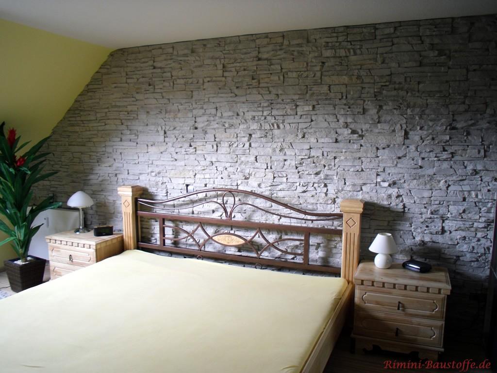 Schlafzimmerwand hinter dem Bett in Steinoptik