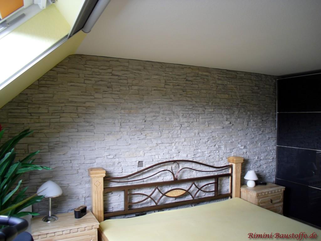 Schlafzimmerwand in moderner Steinoptik