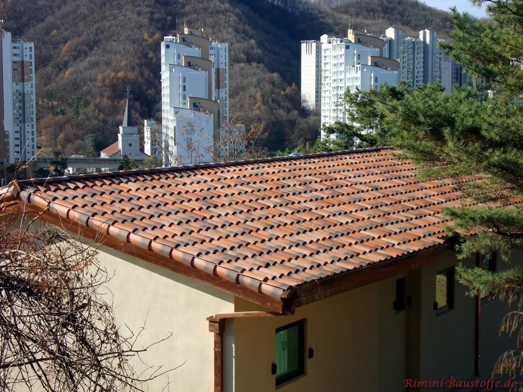 schönes Satteldach auf einem Bungalow im südländischen Stil