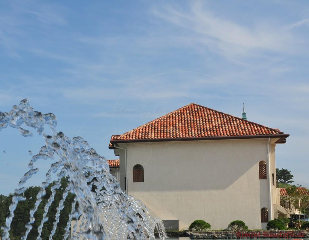schönes mediterranes Haus im Süden mit heller Putzfassade und sehr schönem roten Zeltdach