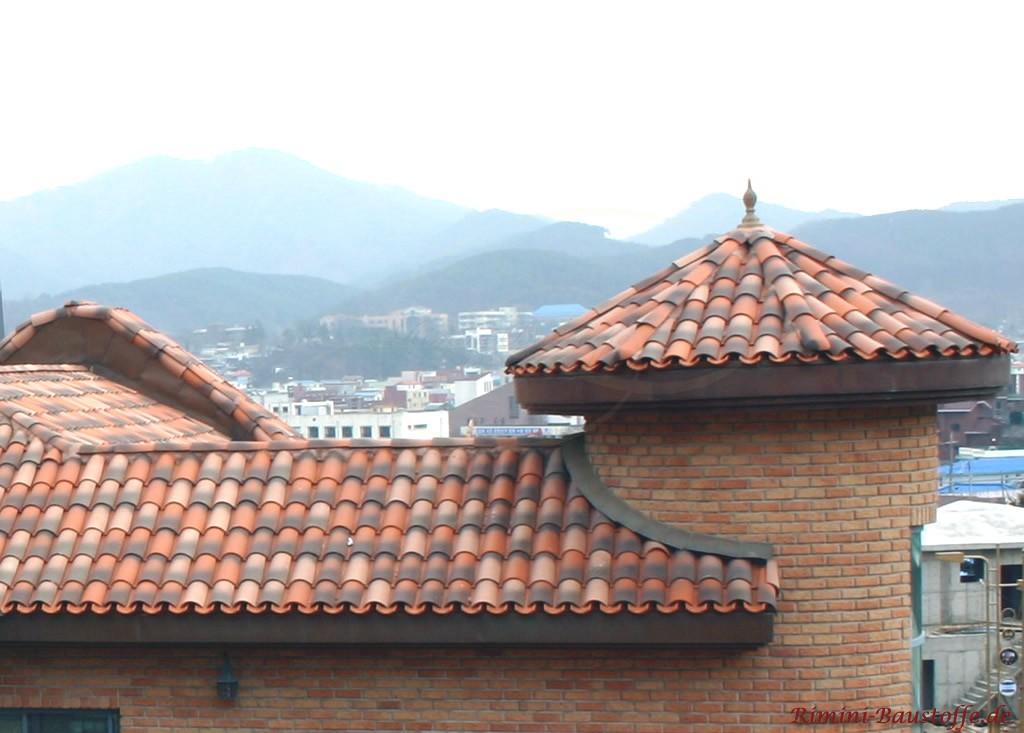Haus mit einem burgähnlichen Turm. Sehr schöne mediterrane Ziegel