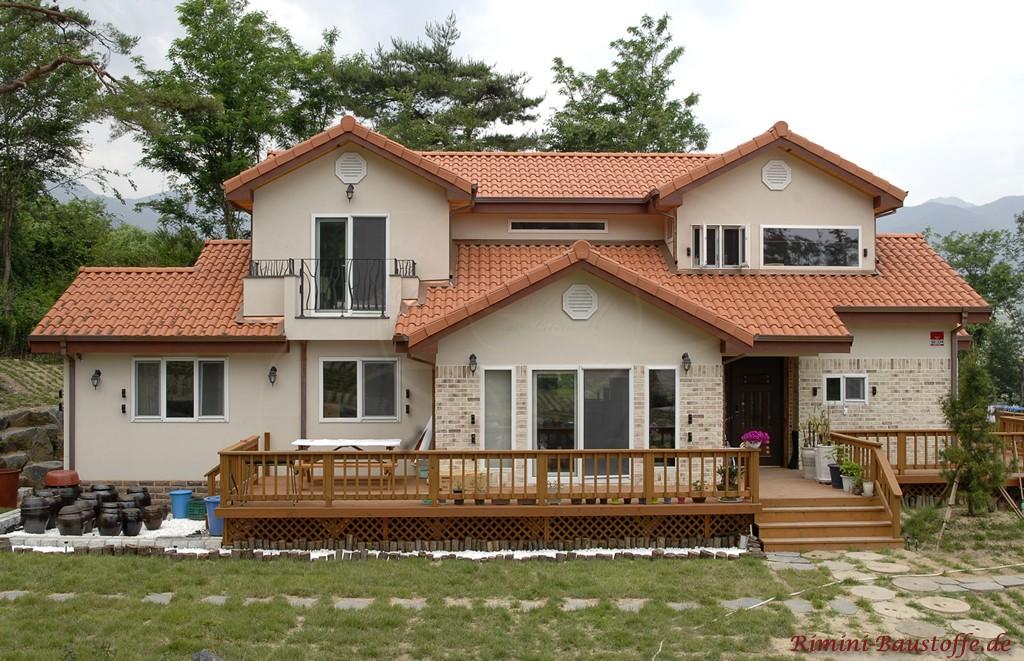 Verschachteltes Zweifamilienhaus das viele Verzierungen zeigt