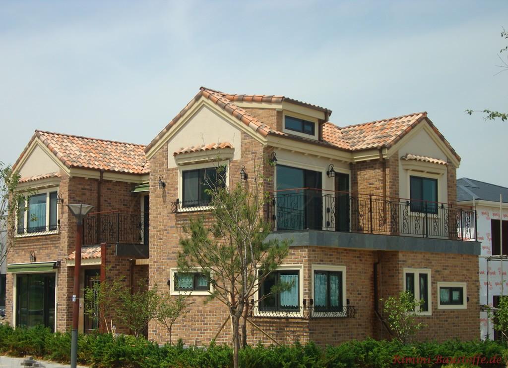Haus mit englischer Architektur und Klinker mit einem sehr modernen Dach