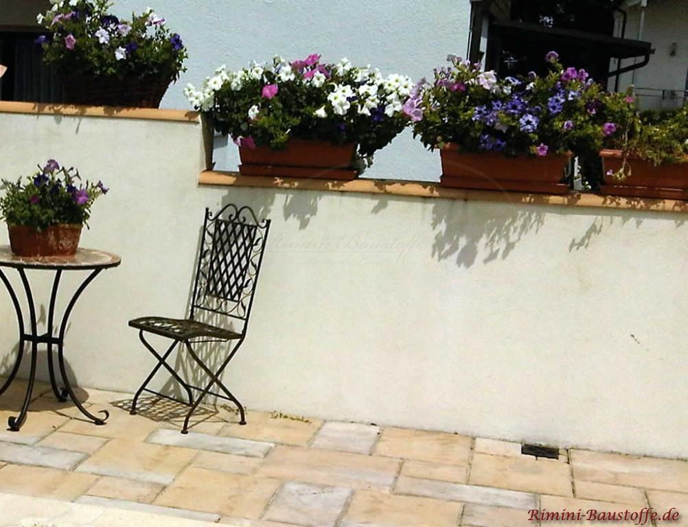Gartenmauer mit Blumen