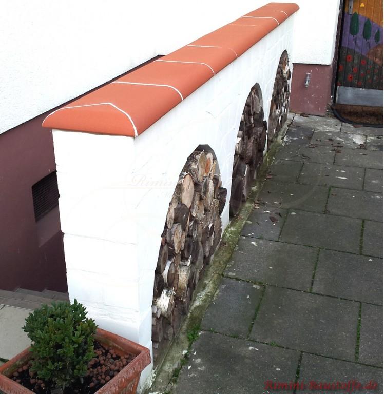 Mauer mit Natursteinen und Mauerabdeckung als Highlight