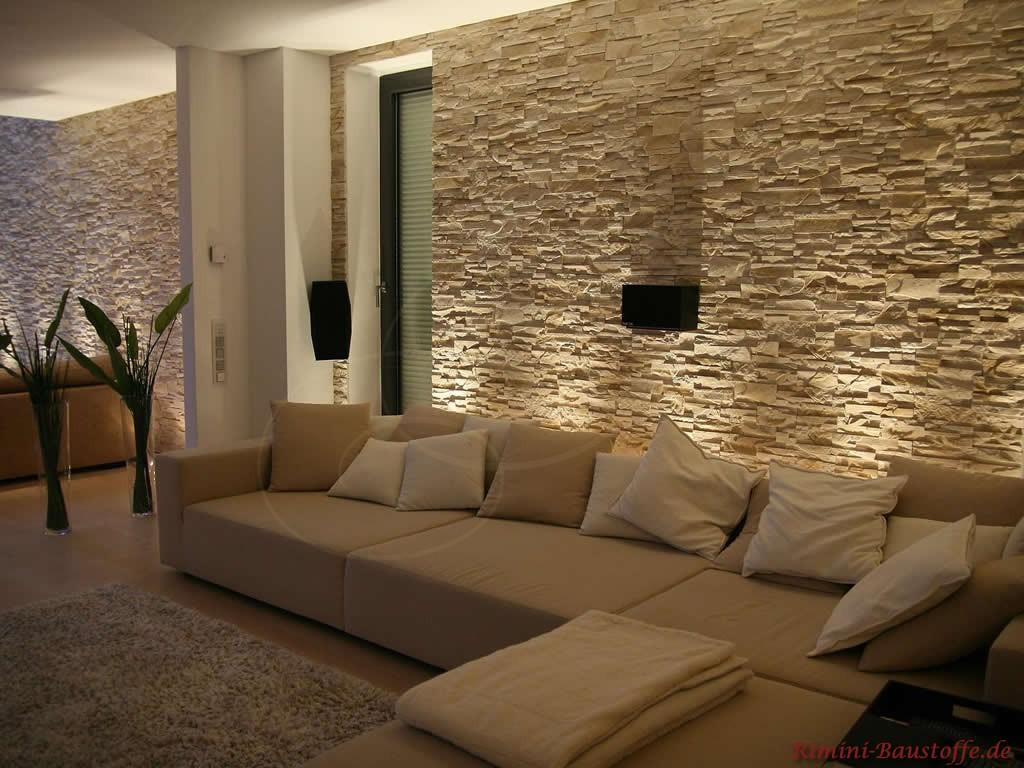 helle Wohnzimmergarnitur mit passender Wandverkleidung in Steinoptik