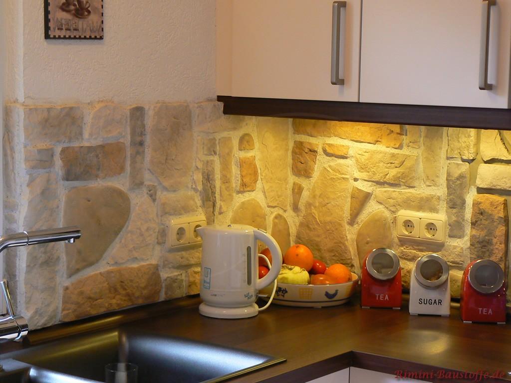 Küchenzeile hinterlegt in Steinoptik
