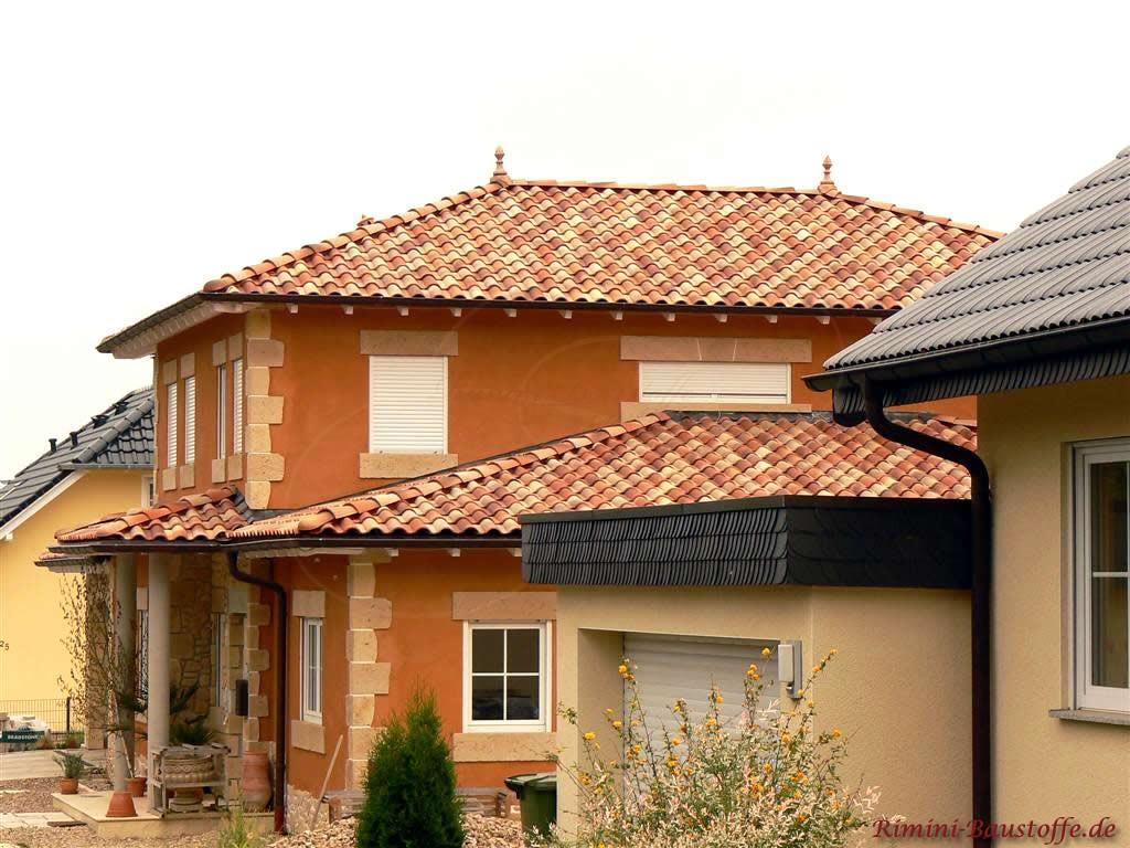 kräftige orange Fassade mit hellen  Bossen  und schönem passenden mediterranen Dach