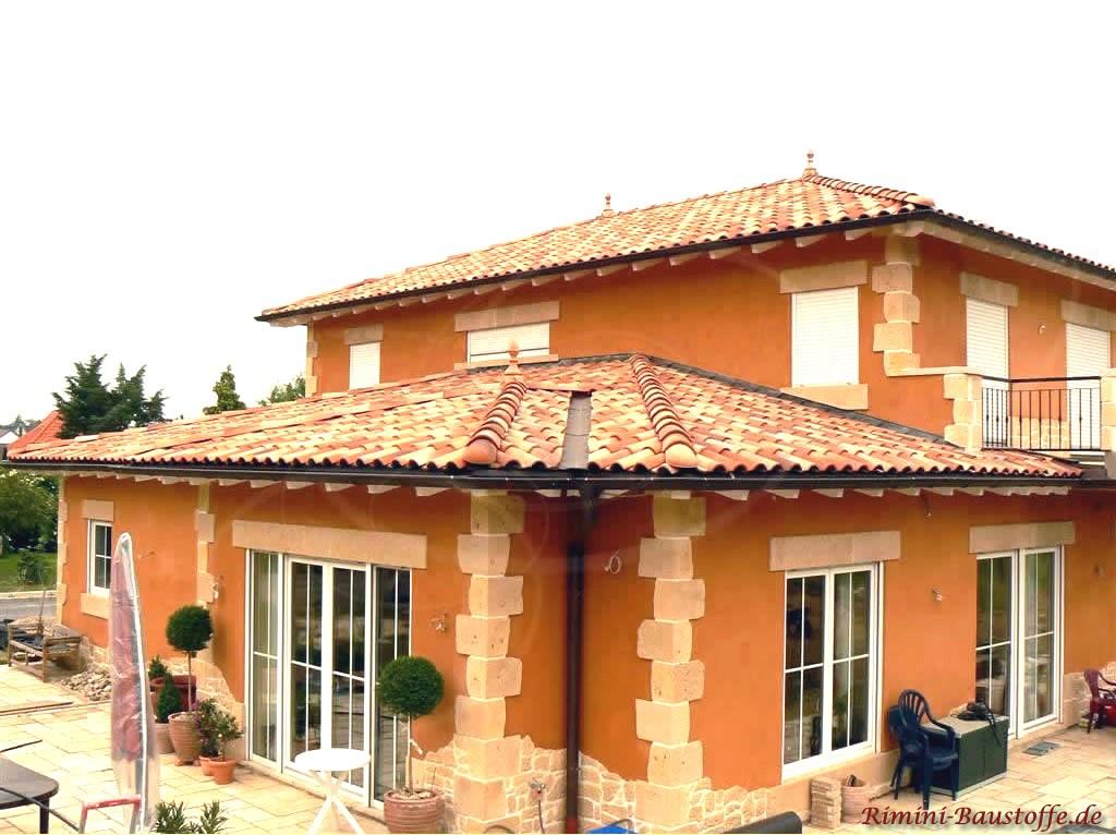 schönes Einfamilienhaus mit südländischem Flair durch die vielen verspielten Highlights und dem passenden Dach