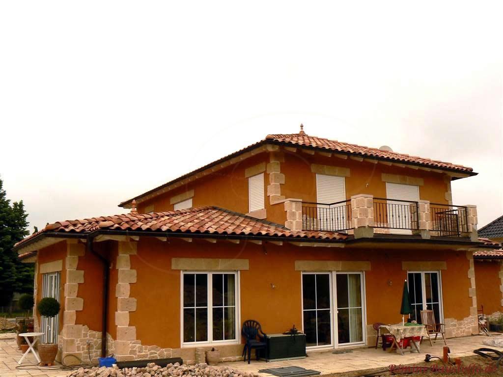 Einfamilienhaus mit Dachterrasse und schönen Verzierungen in Natursteinoptik
