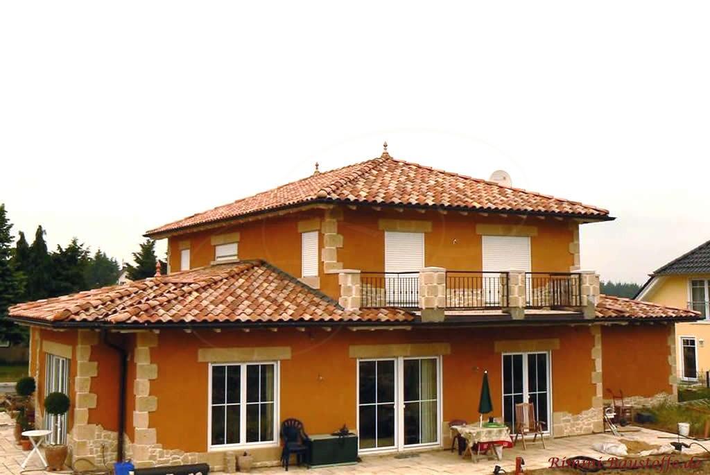 Einfamilienhaus mit großer Dachterrasse und schönem mediterranen Dach