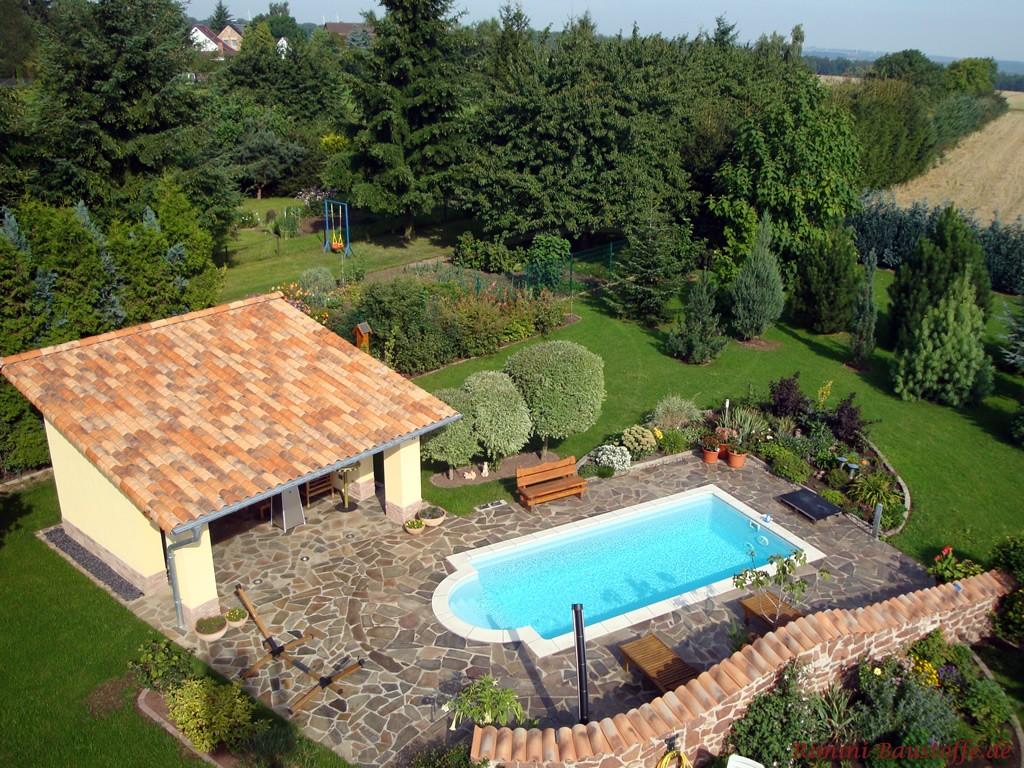 Schöner Garten mit mediterranem Pavillion und Pool von oben