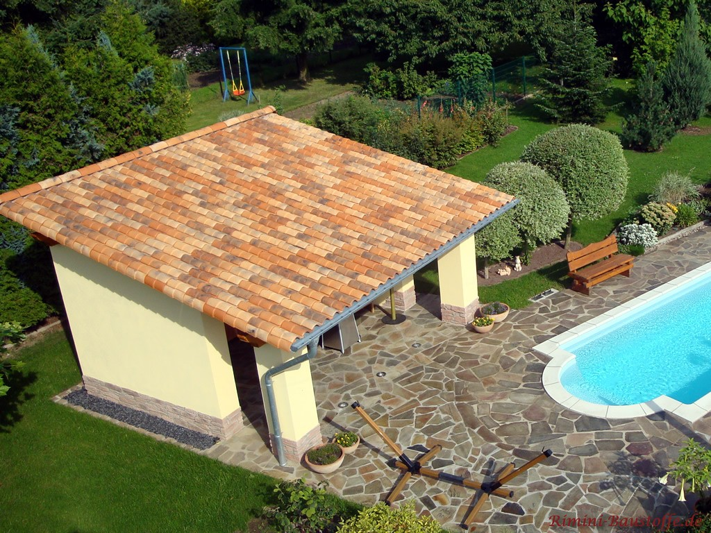 Mediterranes Gartenhaus mit Pultdach und Dachziegel in Herbstlaubfarben