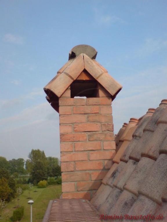 Schornsteinabdeckung mit mediterranen Dachziegel im Mönch Nonne Stil