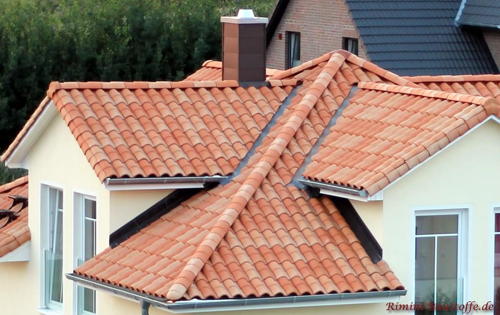 Sehr auffwändige Dachkonstruktion mit vielen Gauben und orangefarbenen Ziegeln
