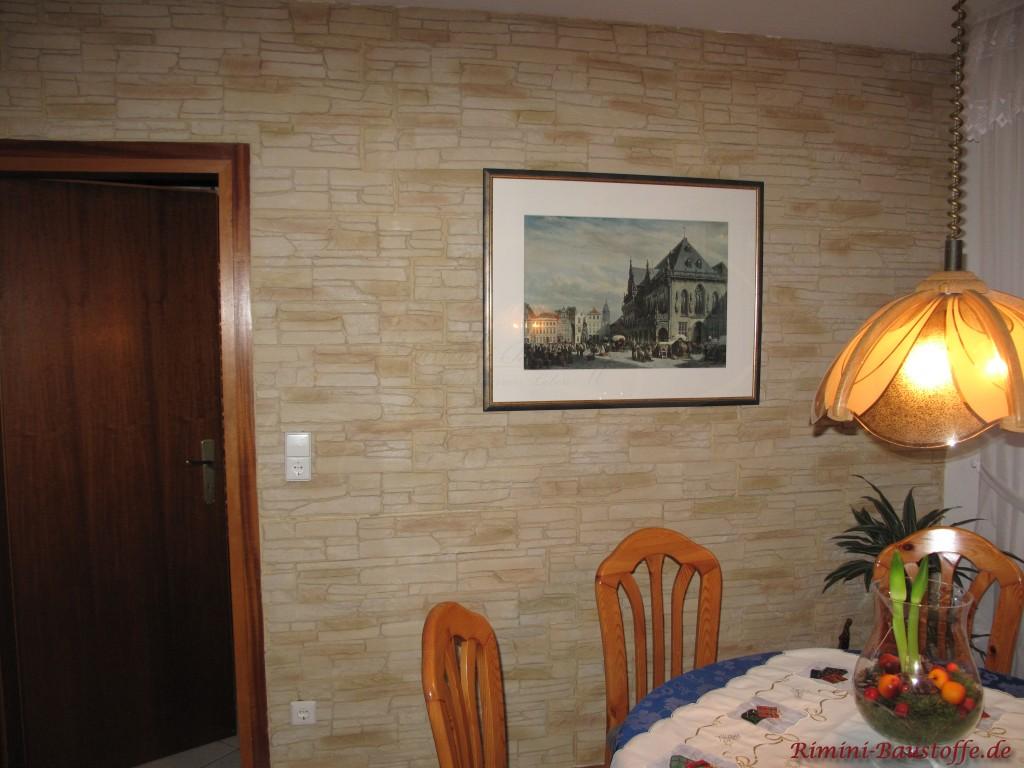 Natursteinoptik im Wohnzimmer durch Wandpaneele
