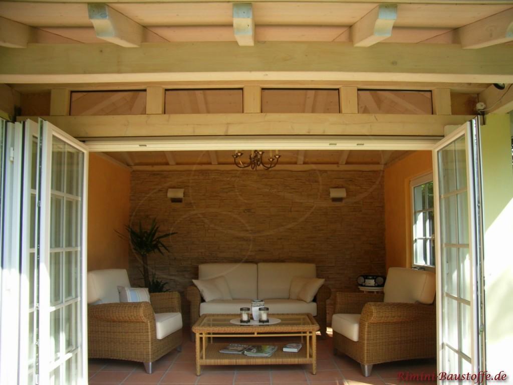 gemütliches Gartenhaus zum Ausruhen mit einer Wand in Natursteinoptik