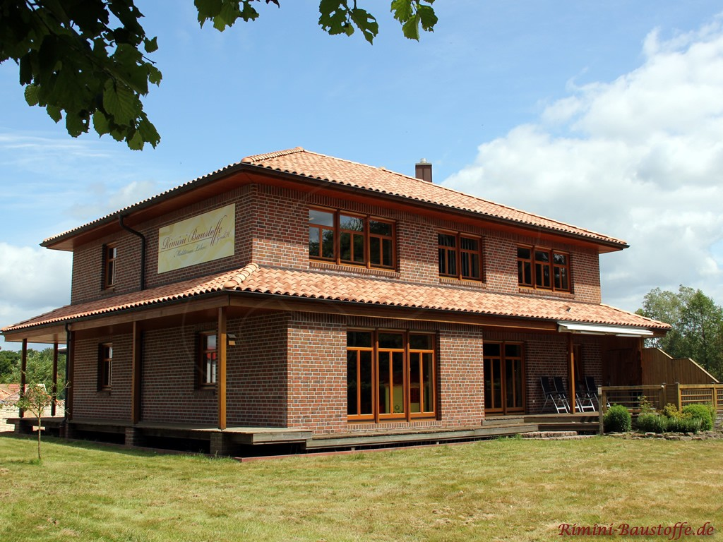 Bürogebäude der Rimini Baustoffe GmbH, schöner changierender Dachziegel