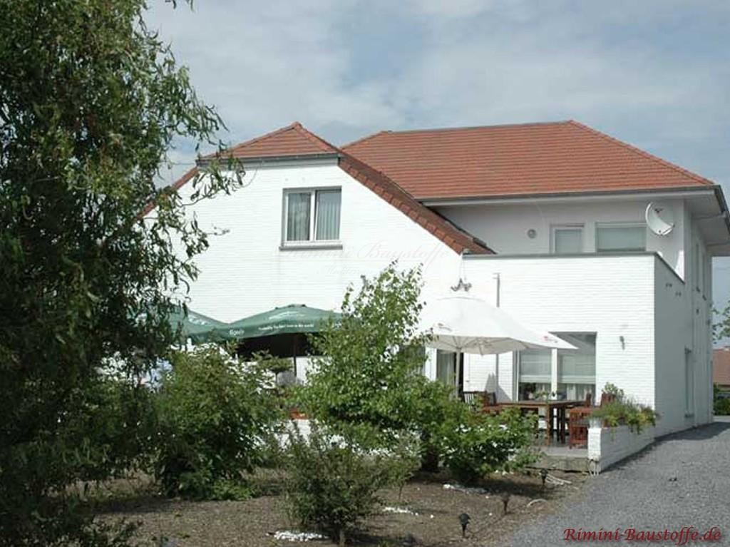 grosse Villa mit weisser Klinkerfassade und Glattziegeln