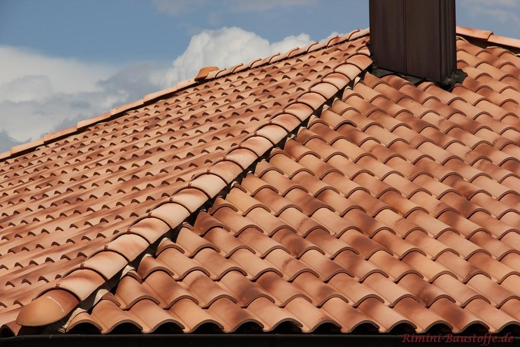Nahaufnahme eines sehr modernen romansichen Dachziegels, wie er in Deutschland sehr beliebt ist
