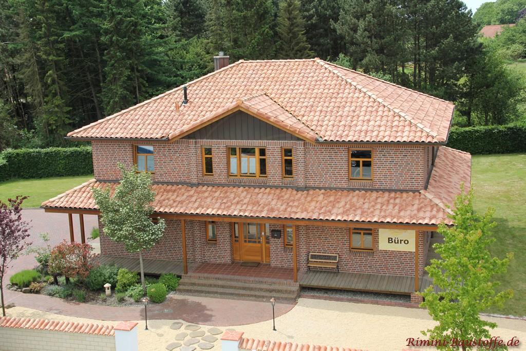 helle bunte Klinkerfassade mit einem sehr schönem Dach und mediterraner Mauer