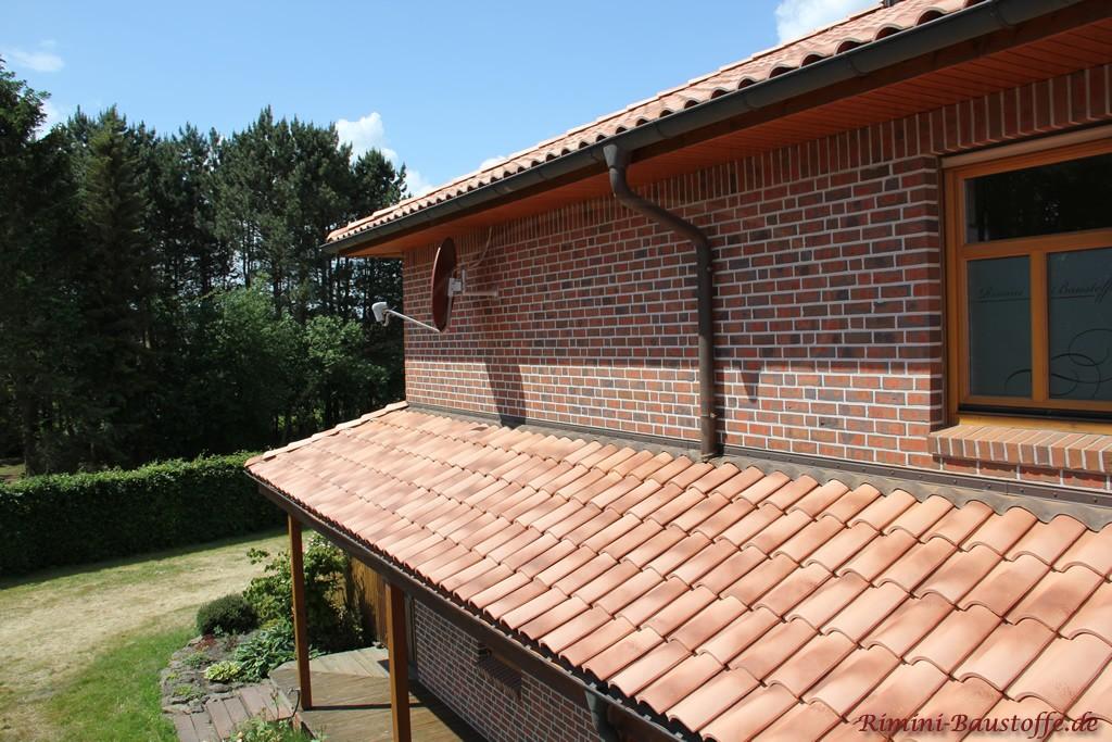 schön zu sehen wie der Dachziegel mit der Fassade und den Holzelementen harmonisiert