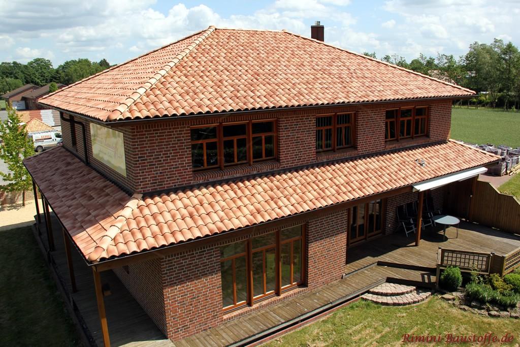 schönes Bürogebäude im südländischen Stil mit dunklen Holzfenstern und modernem Dachziegel